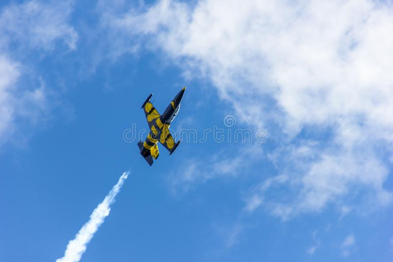Latający wojownik w błękitnym chmurnym niebie zdjęcie royalty free