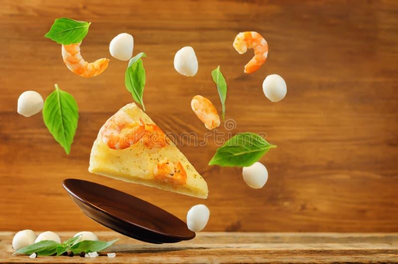 Download Latającego Krewetkowego Czosnku Tandetna Pizza Zdjęcie Stock - Obraz złożonej z wino, deliciouses: 106918924