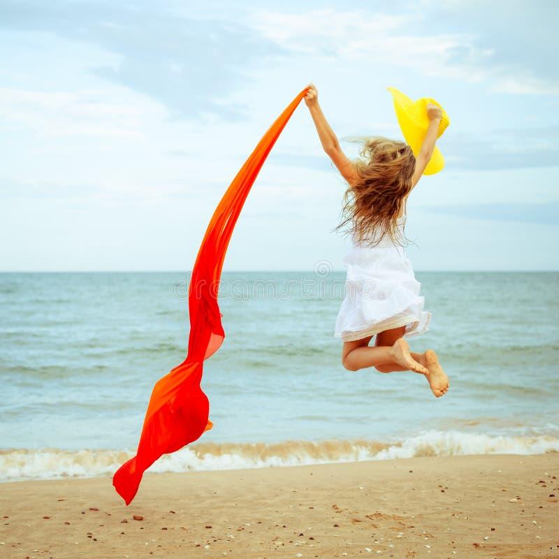 Download Lataj?cego Skoku Pla?y Dziewczyna Na B??kitnym Dennym Brzeg Zdjęcie Stock - Obraz złożonej z plaża, kombinezon: 41954554