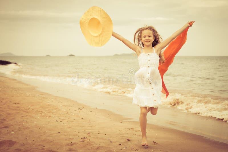 Download Lataj?cego Skoku Pla?y Dziewczyna Na B??kitnym Dennym Brzeg Zdjęcie Stock - Obraz złożonej z szczęśliwy, wybrzeże: 41954894
