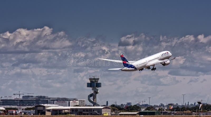 LATAM Боинг Dreamliner на взлете стоковое изображение rf