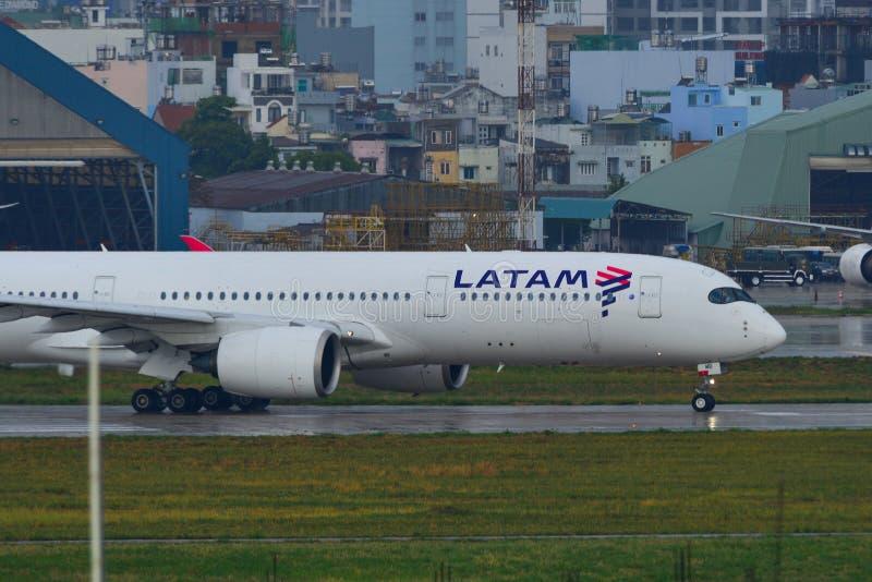 Latam Airbus A350-900 all'aeroporto di Saigon fotografia stock libera da diritti