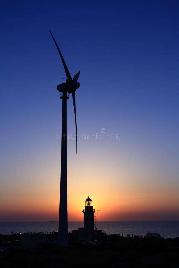 latarni morskiej zmierzchu turbina wiatr fotografia royalty free