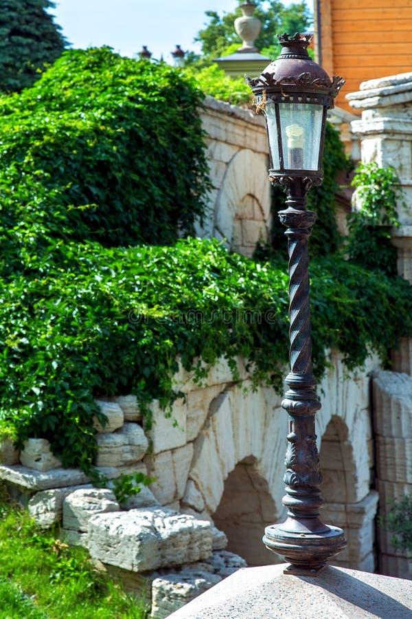 Latarni ulicznej lamppost żelazny czarny koloru lampion w retro stylu obraz royalty free