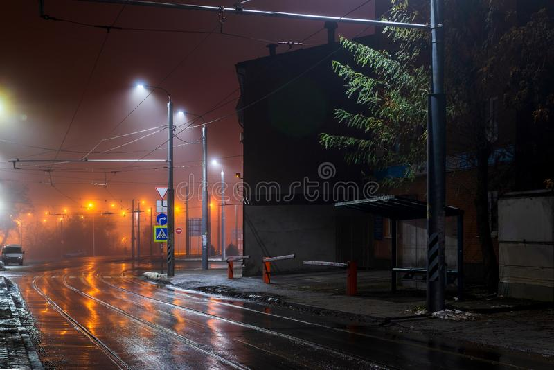 Latarni ulicznej mg?owa mglista noc Tramwajowa trasa na miasto ulicie fotografia royalty free
