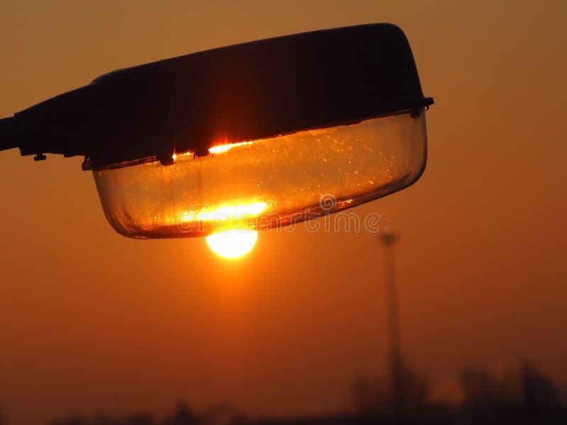 Latarni ulicznej słońce spada w wieczór zdjęcie stock