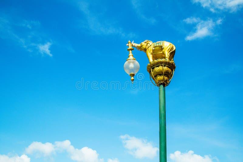 Latarnia dekorująca z małą złotą słoń rzeźbą w błękicie fotografia stock