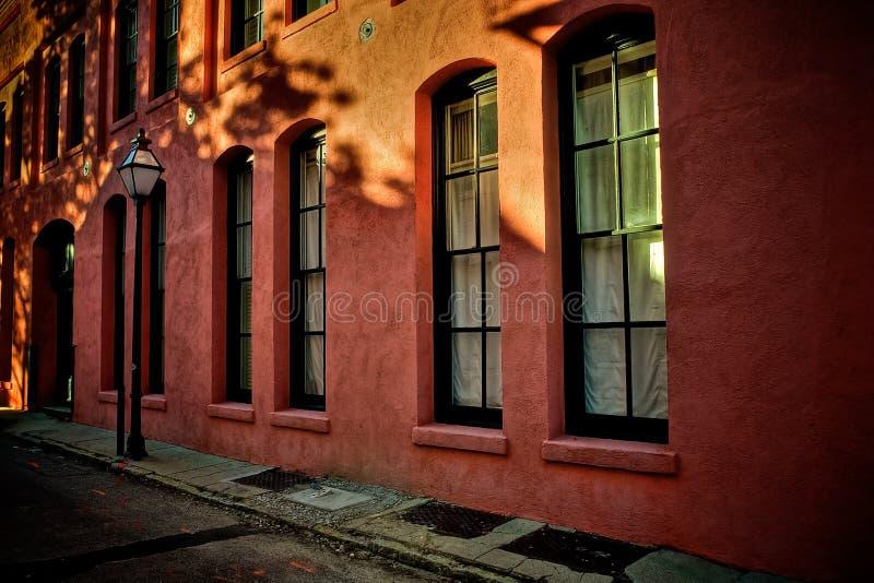 Latarnia i Windows na Bocznej ulicie w Charleston Południowa Karolina zdjęcie stock