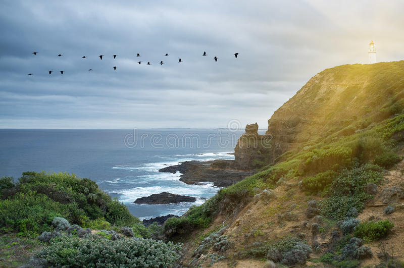 Latarnia morska błyszczy ochronnego światło nad oceanem zdjęcia stock