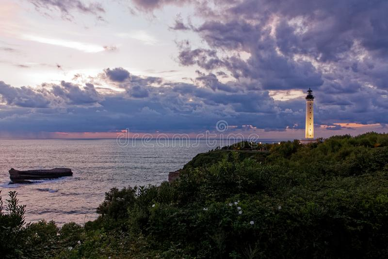 Latarnia morska Biarritz, zmierzch i chmury, burza fotografia stock