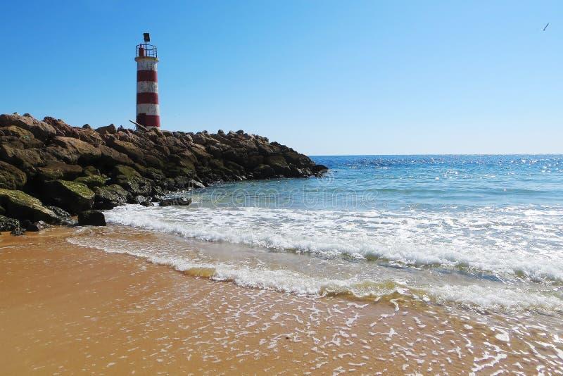 Latarnia morska na plaży w Faro, Portugalia zdjęcie stock