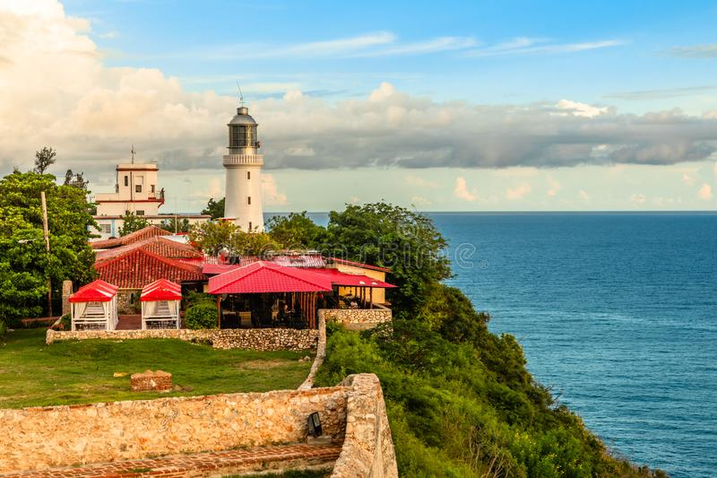 Latarnia morska na wybrzeżu morza, San Pedro De La Roca, Santiago De Cuba, Kuba fotografia royalty free