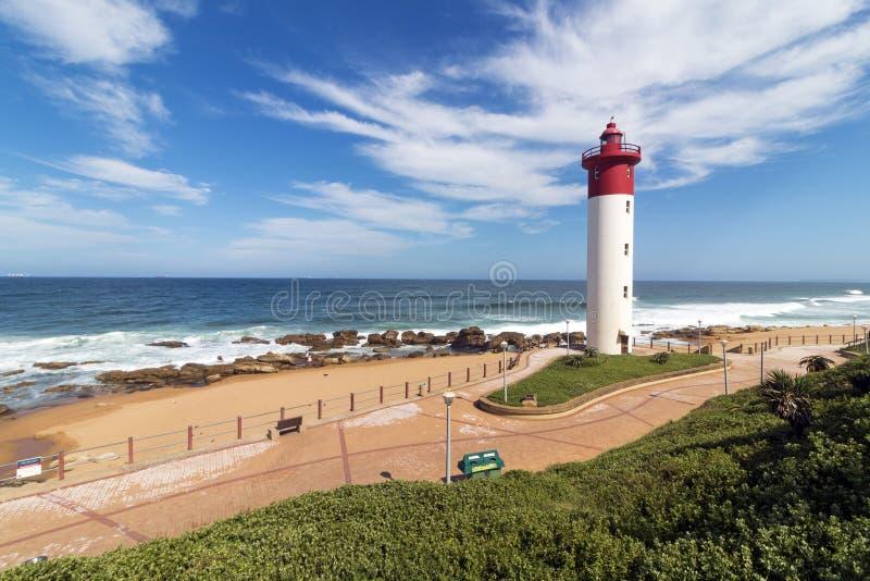 Latarnia morska Przeciw Błękitnemu Chmurnemu Nabrzeżnemu Seascape w Południowa Afryka zdjęcia royalty free