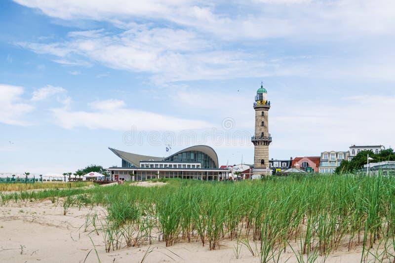 Latarnia morska przeciw niebieskiemu niebu na pogodnym letnim dniu obraz royalty free