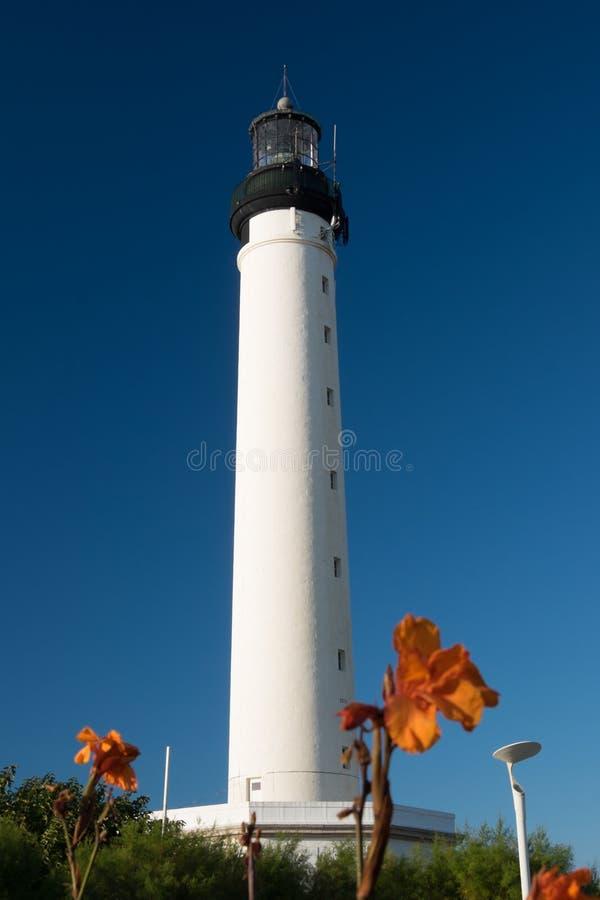 Latarnia morska z pomarańcze kwitnie w Biarritz, Francja obraz royalty free