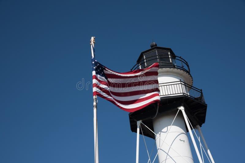 Latarnia morska z Stany Zjednoczone flaga w Conney wyspie - Nowy Jork obraz royalty free