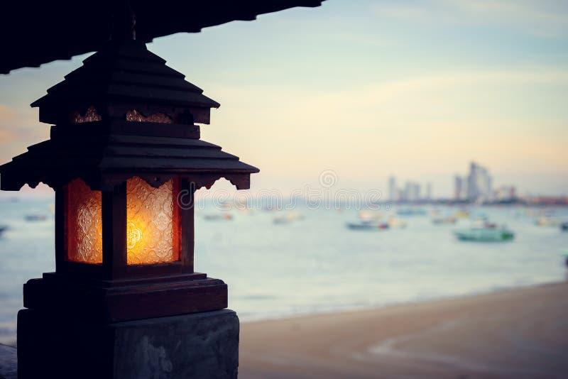 Latarnia morska zmierzch przy dennego wybrzeża lata Scenicznym widokiem, światło i piękny romantyczny zmierzch i zdjęcie royalty free