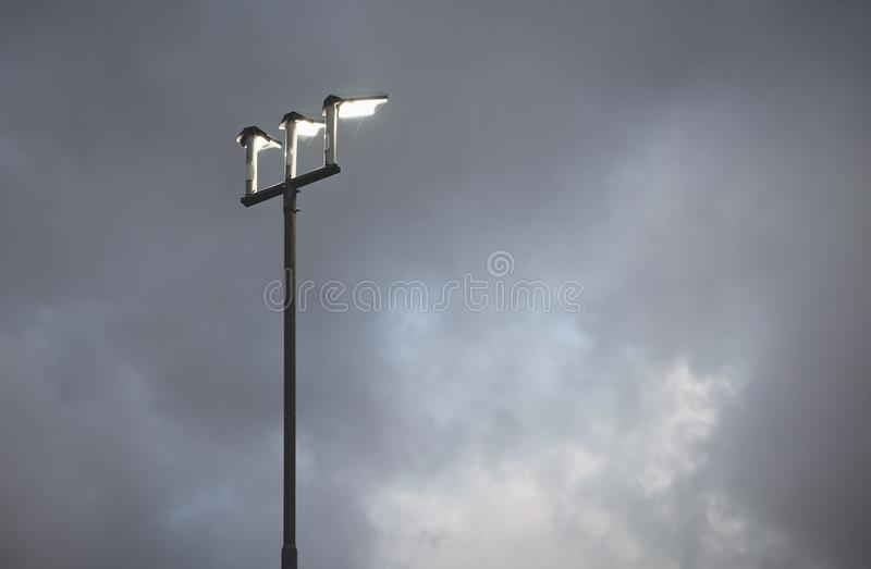 Latarnia przeciw chmurnemu holenderskiemu niebu fotografia royalty free