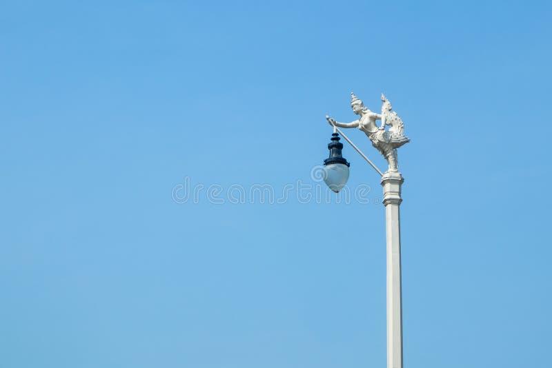 Latarnia Uliczna, mityczny żeński ptak z ludzką głową, Kinnaree i niebieskie niebo, obrazy royalty free
