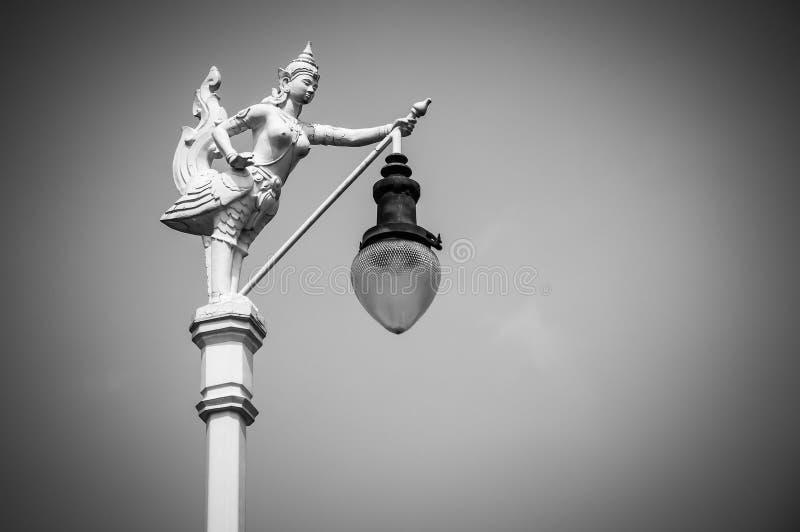 Latarnia Uliczna, mityczny żeński ptak z ludzką głową, Kinnaree i niebieskie niebo, zdjęcia stock