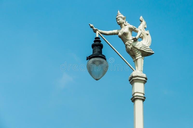 Latarnia Uliczna, mityczny żeński ptak z ludzką głową, Kinnaree i niebieskie niebo, zdjęcie royalty free