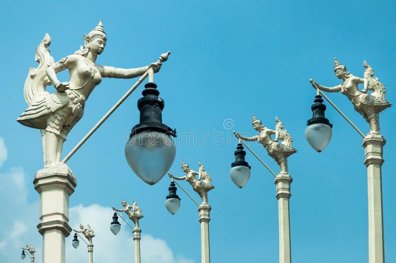 Latarnia Uliczna, mityczny żeński ptak z ludzką głową, Kinnaree i niebieskie niebo, zdjęcia royalty free
