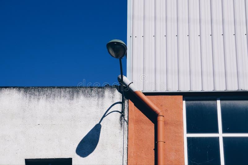 Latarnia uliczna na budynku w Bilbao mie?cie zdjęcie royalty free