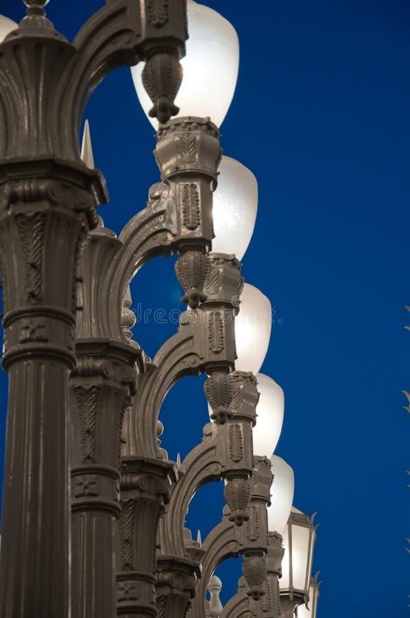 Latarnia uliczna na tle biały niebo zdjęcia royalty free
