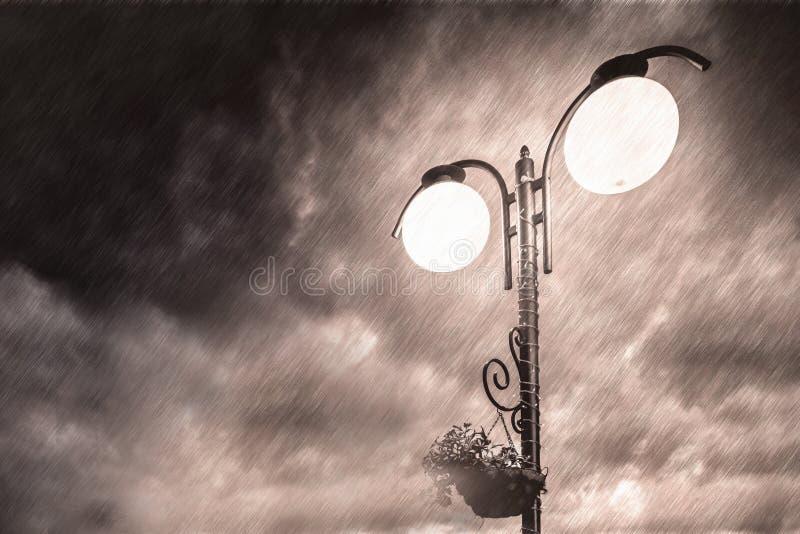 Latarnia uliczna na tle dramatyczny ciemny niebo ?wi?ta bo?ego miasta wr??ki ?otwy nocy prowincjona?u podobnej wkr?tce bajka Bia? obraz royalty free