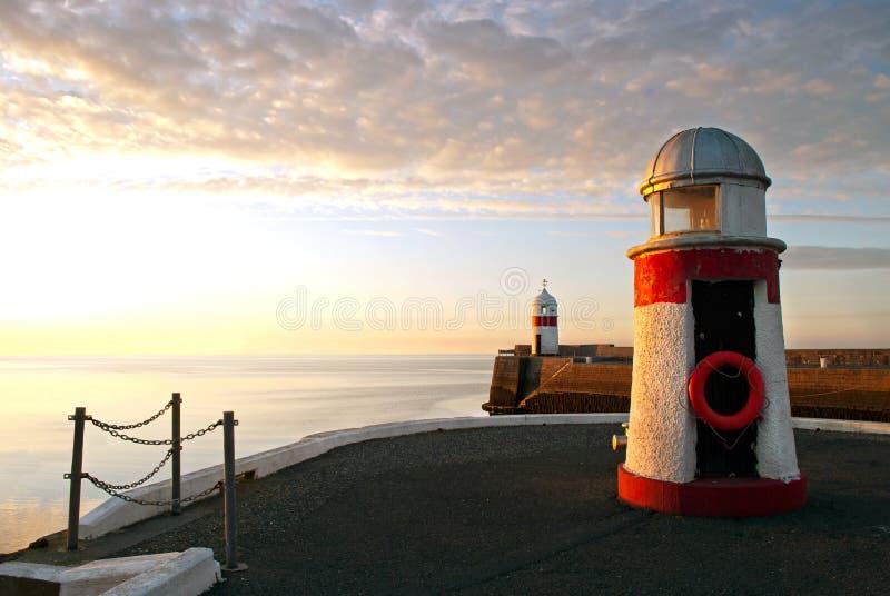 Latarnie morskie na falochron ścianie z spokojnym morzem fotografia royalty free