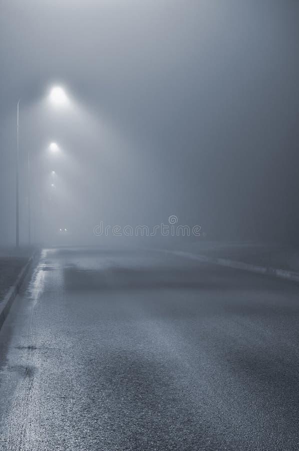 Latarnie uliczne, mgłowa mglista noc, latarnia lampiony, dezerterujący zdjęcie stock