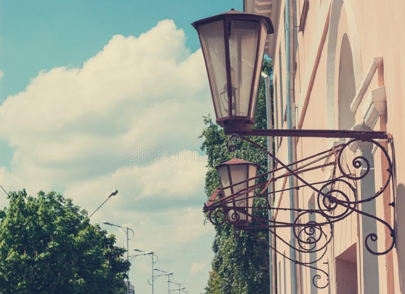 Latarnie uliczne na budynku skuciu obraz stock