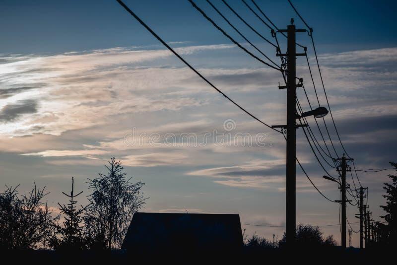 Latarnie uliczne, niebieskie niebo, lampy, niebieskie niebo, światło reflektorów i niebieskie niebo, obraz stock