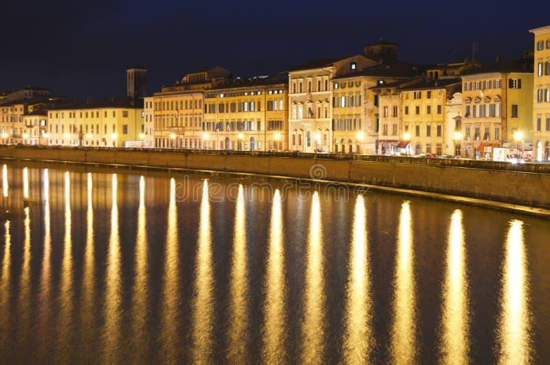Latarnie Uliczne Odbija w Arno rzece zdjęcie stock
