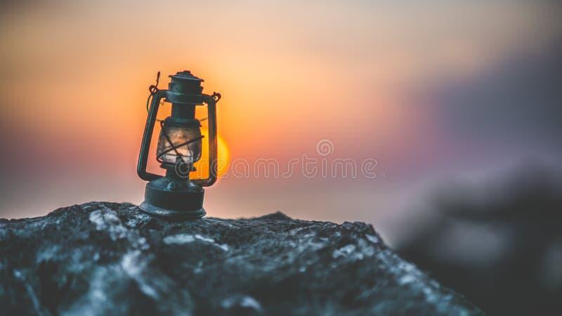 Latarniowa lampa Na kamieniu Przy świtem zdjęcie royalty free