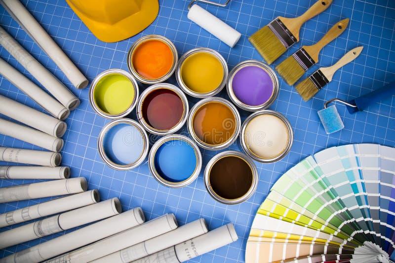 Latas abiertas de pintura, cepillo, fondo azul imagen de archivo libre de regalías