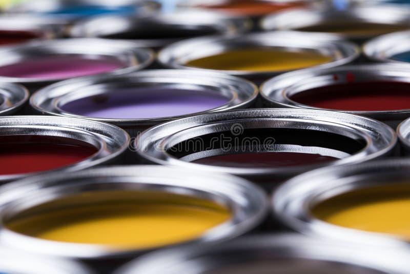Latas coloridas da pintura ajustadas imagem de stock