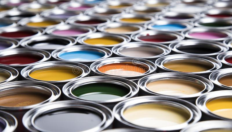 Latas coloridas da pintura ajustadas fotografia de stock