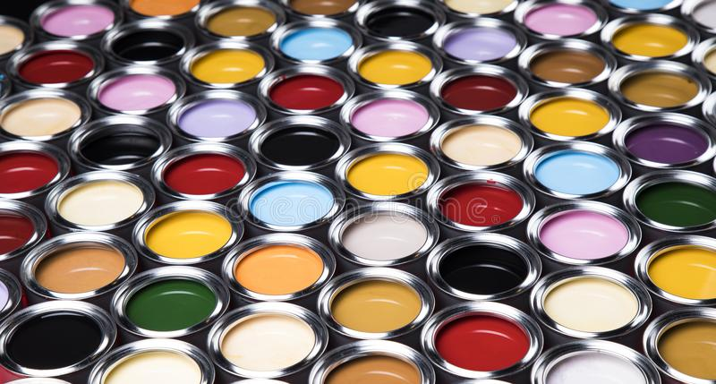 Latas coloridas de la pintura fijadas foto de archivo