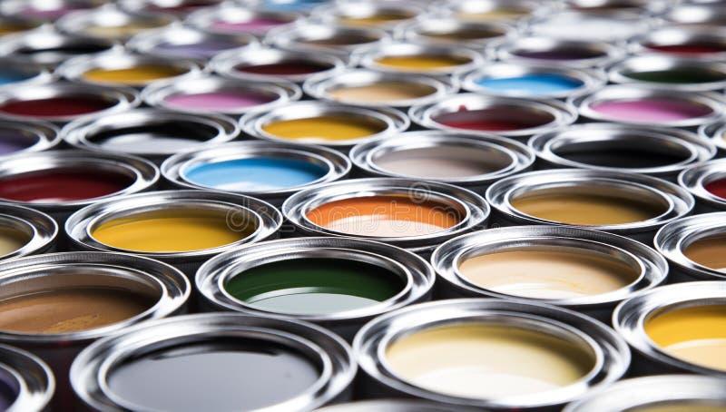 Latas coloridas de la pintura fijadas fotografía de archivo