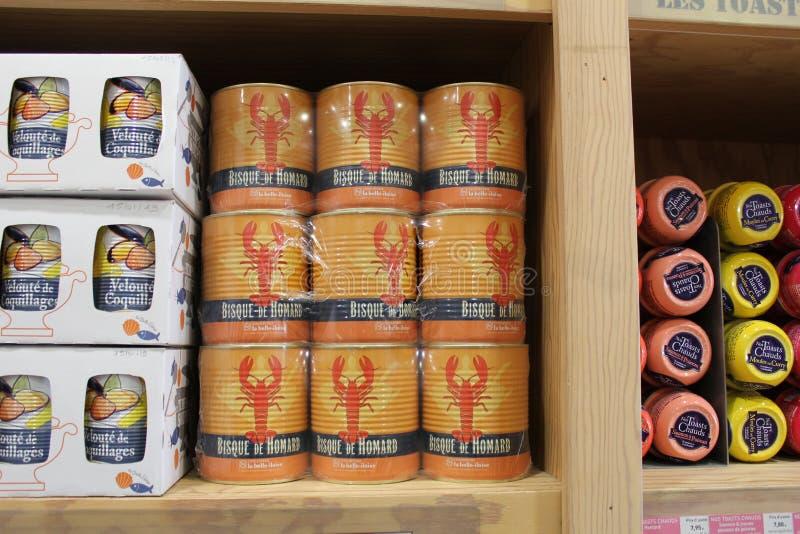 Latas com sopa da lagosta em uma loja do turista em normandy france foto de stock royalty free