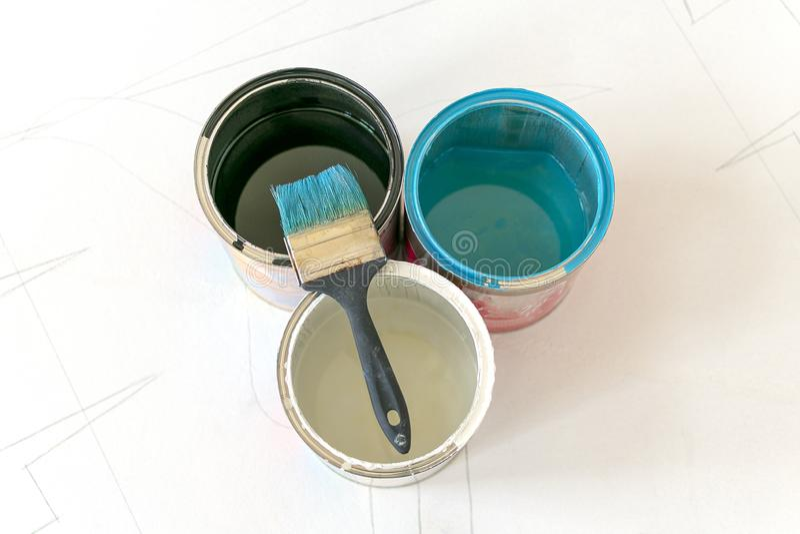 Latas da pintura e escova larga fotografia de stock