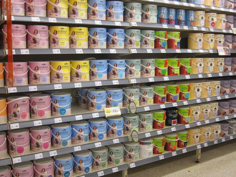 Latas da pintura em uma loja de DIY. imagem de stock
