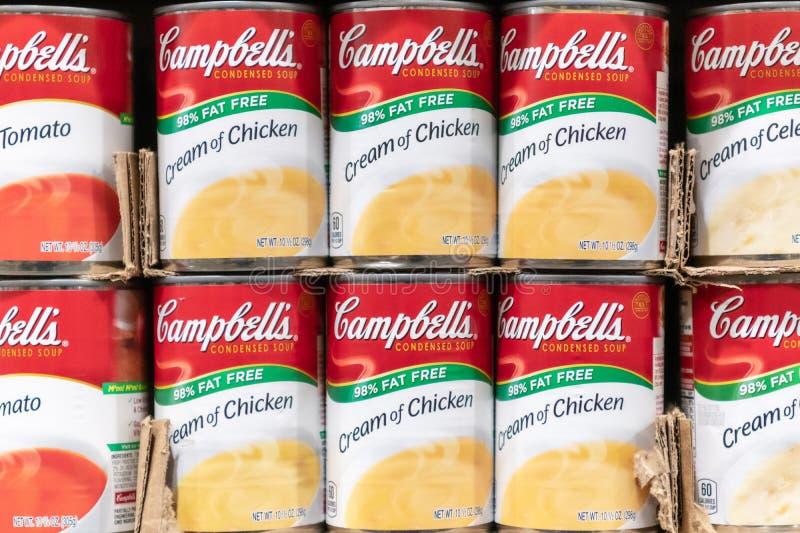 Latas da sopa do ` s de Campbell para a venda em um supermercado foto de stock