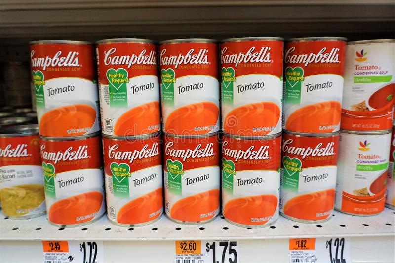 Latas da sopa do tomate de Campbells fotos de stock