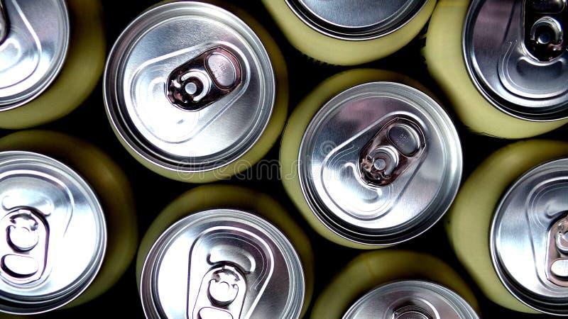 Latas de alumínio bege com bebidas imagem de stock royalty free