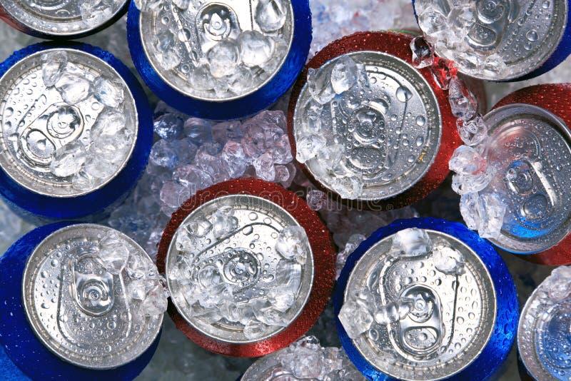 Latas de bebida en el hielo machacado imagenes de archivo