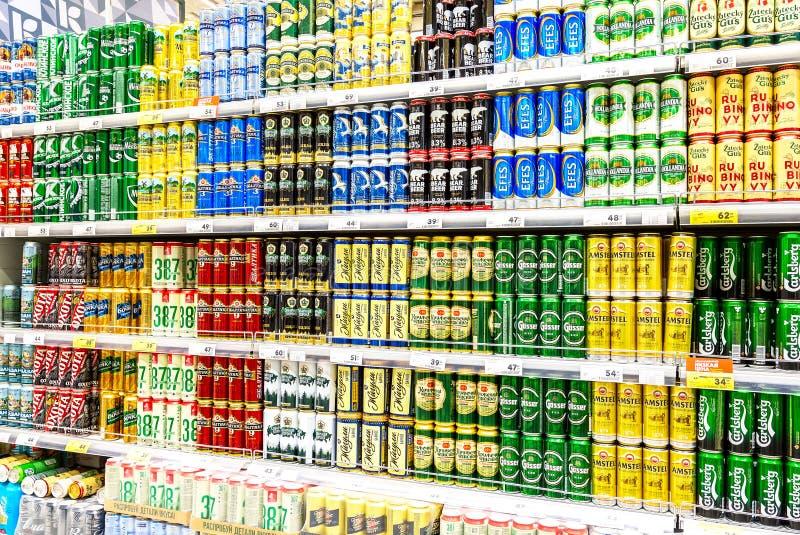 Latas de cerveja diferentes com cerveja fresca fresca imagem de stock
