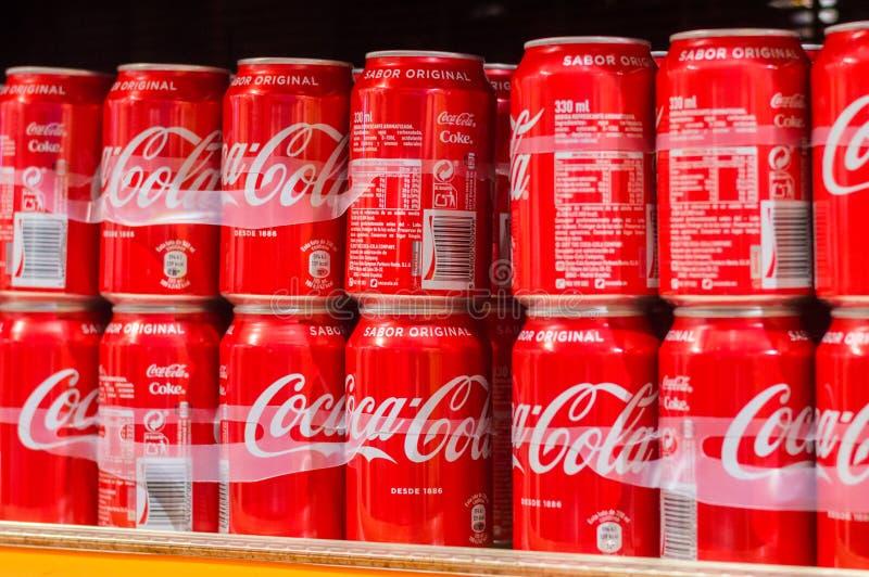Latas de Coca-Cola imagenes de archivo