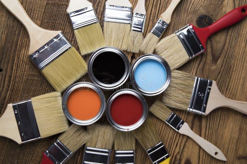 Latas de estanho com tinta, pincéis e paleta clara de cores fotografia de stock royalty free